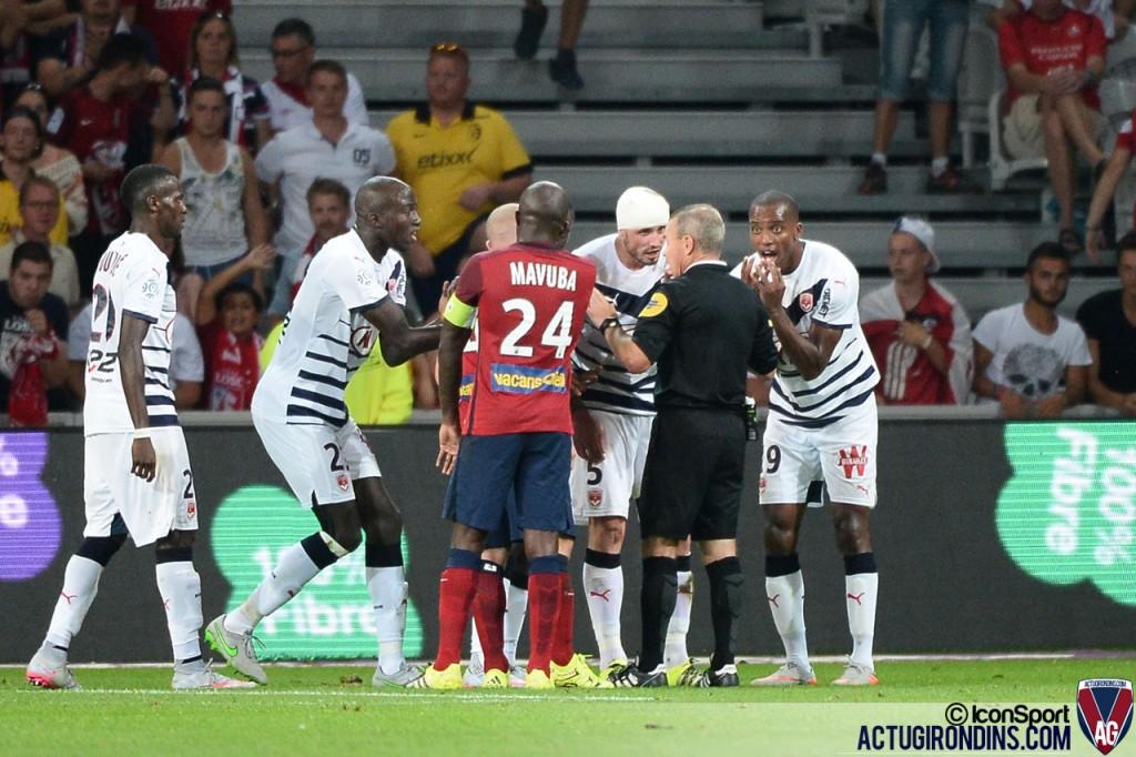 faux carton rouge Nicolas PALLOIS / Lionel JAFFREDO (23.08.2015 - Lille / Bordeaux - 3eme journee Ligue 1)
